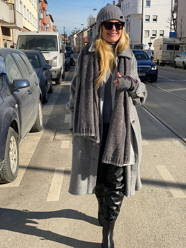 grauer Mantel und Jogpants